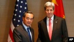 美国国务卿克里(右)与中国外长王毅在慕尼黑参加有关叙利亚安全会议期间举行会谈。(2016年2月12日)