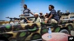 Des rebelles en route pour Mayah, 30 kms à l'ouest de Tripoli (21 août 2011)