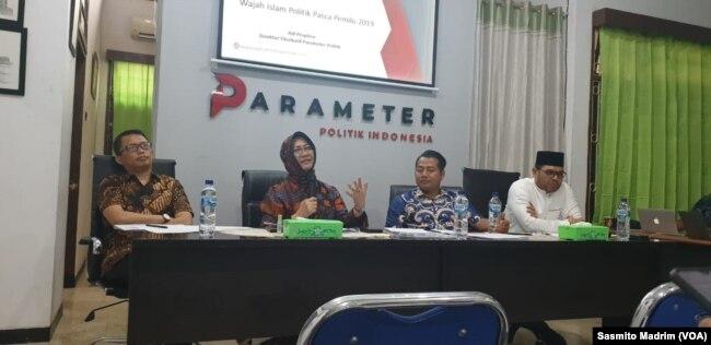 Peneliti senior LIPI, Siti Zuhro, dan Direktur Eksekutif Parameter Politik Indonesia, Adi Prayitno, saat berdiskusi mengenai publikasi hasil survei di Jakarta, 29 November 2019.