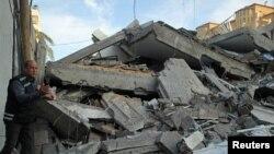 İsrailin hava hücumları nəticəsində evi dağılmış fələstinli, Qəzzə şəhəri, 5 may, 2019.