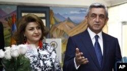 Partisi parlamentoda çoğunluğu elde eden Ermenistan Cumhurbaşkanı Serkizyan eşi ile seçim zaferini kutlarken