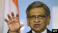 Ngoại trưởng Ấn Độ S.M. Krishna hôm nay gọi việc khám xét là 'không thể chấp nhận được'.
