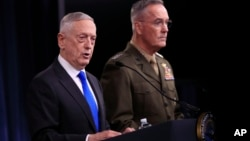 Министр обороны США Джеймс Мэттис (слева)