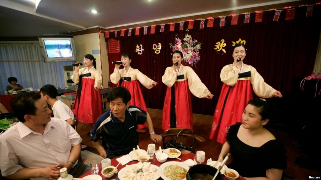 Các nữ hầu bàn Triều Tiên hát giúp vui thực khách Trung Quốc tại một nhà hàng ở thành phố Đan Đông sát biên giới Trung-Triều ngày 30/5/2009.
