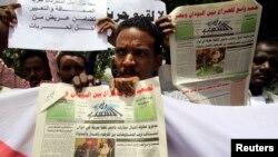 Des journalistes soudanais manifestent pour la liberté de la presse et contre la censure, à Khartoum, le 20 mai 2010.
