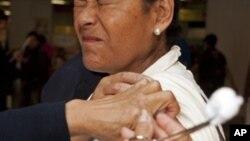 Seseorang mendapatkan vaksin H1N1 di sebuah stasiun kereta di Meksiko, Januari 2012. Wabah flu H1N1muncul lagi di Meksiko awal tahun ini.