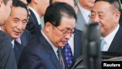 최근 실각한 것으로 알려진 장성택 북한 국방위 부위원장이 지난해 8월 중국 베이징을 방문 당시 차에 오르고 있다.