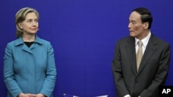 US Secretary of State Hillary Clinton and China's Vice Premier Wang Qishan attend a joint news conference for the US-China Strategic Economic Dialogue at the Great Hall of the People in Beijing, May 25, 2010 (file photo)