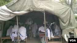 خیموں میں زیر تعلیم بچے