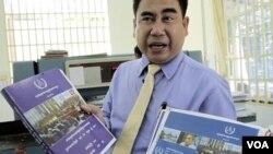 Reach Sambath, Kepala Humas PBB menunjukkan buku mengenai bukti-bukti kejahatan perang Khmer Merah di Kamboja (14/6).