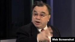 著名宪政学者、中国破产法专家曹思源作为嘉宾参加美国之音电视访谈(网络截屏)