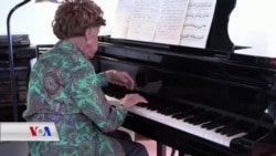 خانمێکی بە ساڵاچووی فەرەنسی زیاتر لە سەدەیەکە پیانۆ دەژەنێت