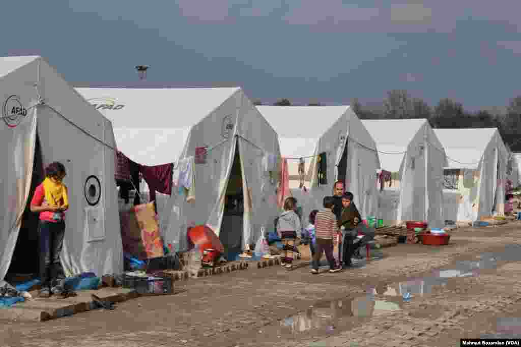 Ancak Güneydoğu'daki belediyelere kayyum atanmasını ardından, kampları kapatılan Ezidiler, Midyat'taki AFAD'a bağlı kampa yerleştirildi. Halen Midyat'taki kampta bin 500'e yakın Ezidi kalıyor