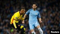 Le Citizen Ilkay Gundogan en action face à Roberto Pereyra, lors de la rencontre Manchester City - Watford le 14 decembre 2016 à l'Etihad Stadium