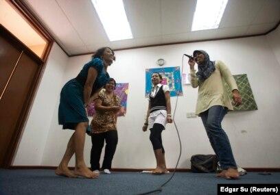 Sejumlah pekerja migran asal Indonesia mengikuti kelas menyanyi pada hari libur di Sekolah Indonesia Singapura, 12 Desember 2010. (Foto: Edgar Su/Reuters)