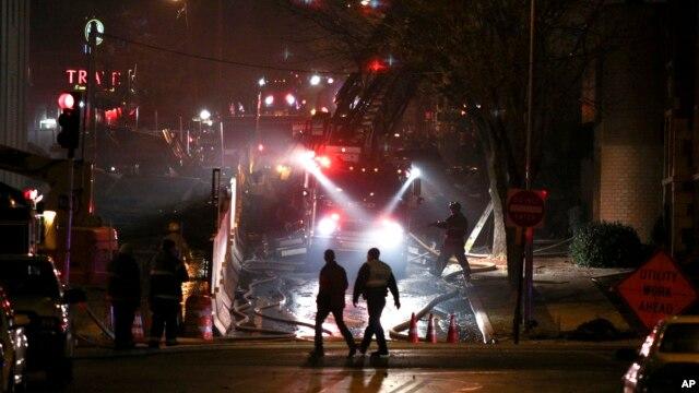 Bomberos y trabajadores responden a una explosión e incendio masivo el martes por la noche en la ciudad de Kansas.