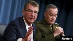 Bộ trưởng Quốc phòng Mỹ (trái) và Chủ tịch Hội đồng Tham mưu trưởng Liên quân Hoa Kỳ, đại tướng Joseph Dunford tại một cuộc họp báo chung hồi cuối tháng Hai.