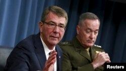 美国防部长卡特(左)与美参谋长联席会议主席邓福德星期一在华盛顿五角大楼出席记者会 (2016年2月29日)