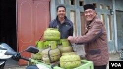 Reje Kampung Mendale Takengong Muhammad Amin bersama Aman Mude mengatakan pasokan gas elpiji 3 kg agar diprioritaskan. (VOA/Budi Nahaba)