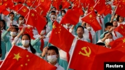 2021年7月1日中國共產黨建黨100週年紀念彩排活動表演者手舉五星旗和中共黨旗。