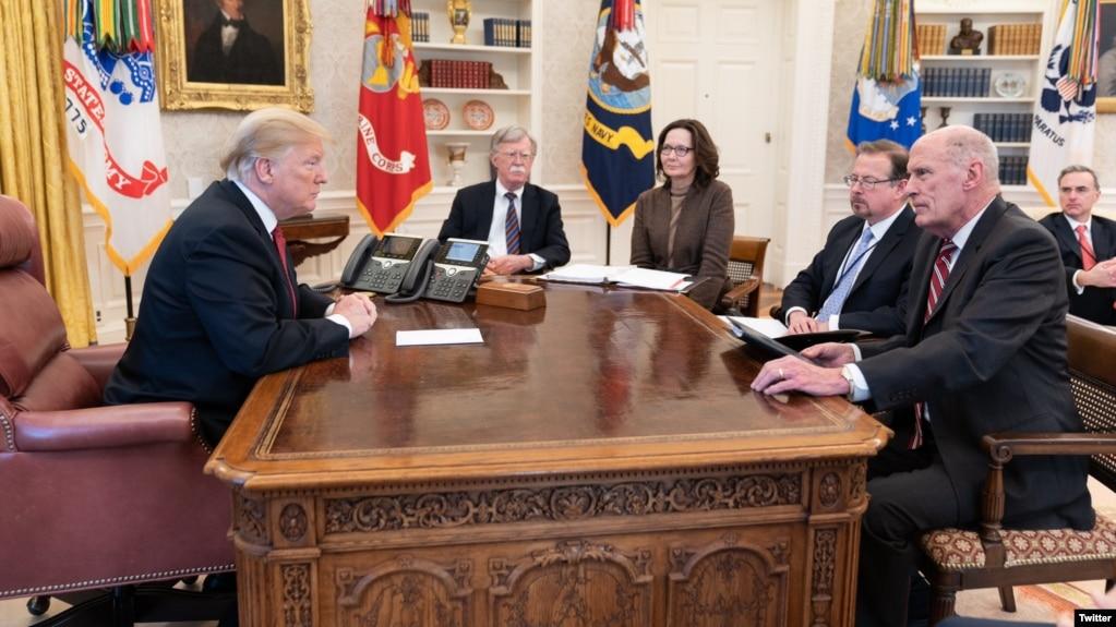 کاخ سفید این عکس از دیدار پنجشنبه شب سران نهادهای اطلاعاتی آمریکا با پرزیدنت ترامپ را منتشر کرد.