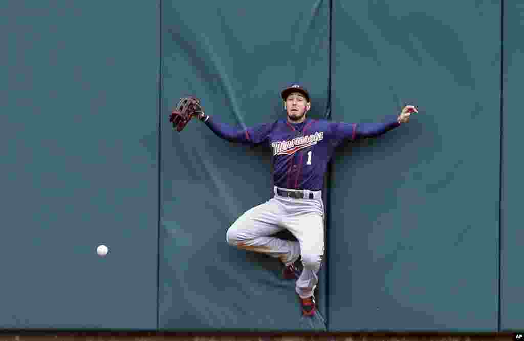 Minnesota Twins center fielder Jordan Schafer misplays the triple hit by Detroit Tigers' Yoenis Cespedes during the sixth inning of an opening day baseball game in Detroit, Michigan, USA, April 6, 2015.