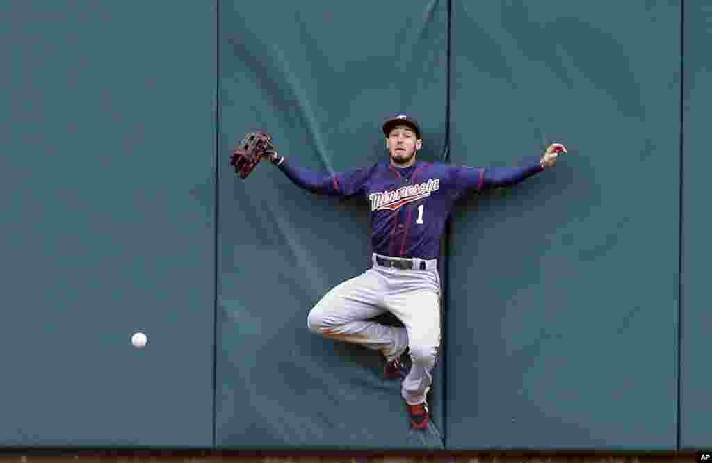 در روز آغازين بازیهای بيسبال بين تيمهای توئينز مينهسوتا و تايگرز ديترويت، در ديترويت (ميشيگان) جوردن شيفر از گرفتن توپ بازمیماند - ۱۷ فروردين ۱۳۹۴ (۶ آوريل ۲۰۱۵)