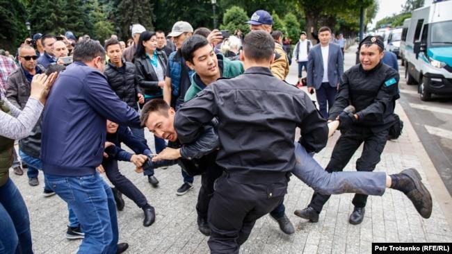 Polislər Almatıda etirazçıları saxlayır, 9 iyun, 2019.