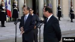 Presiden Mauritania Mohamed Ould Abdel Aziz (kiri) dan Presiden Perancis Francois Hollande dalam sebuah kunjungan di Paris. (Foto: Dok)