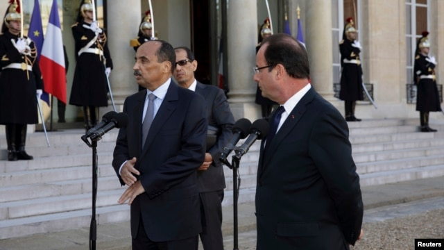 FILE - French President Francois Hollande, right, and Mauritania's President Mohamed Ould Abdel Aziz, Elysee Palace, Paris, Nov. 20, 2012.
