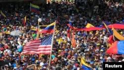 Những người ủng hội phe đối lập biểu tình chống lại chính phủ của Tổng thống Venezuela Nicolas Maduro hôm 23/1. Biến động chính trị này đang thu hút sự quan tâm của nhiều người Việt Nam vì cùng là xã hội chủ nghĩa.