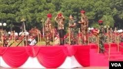Presiden Joko Widodo mengenakan baret merah Kopassus di Mabes TNI, Jakarta hari Kamis 16 April 2015 (VOA/Andylala).