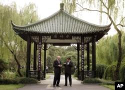 2006年9月19日,美国财政部长保尔森和中共浙江省委书记习近平在杭州的亭子交谈