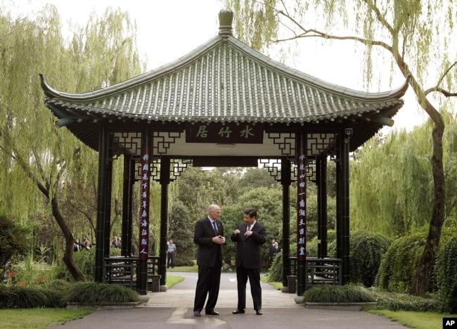 2006年9月19日,美國財政部長保爾森和中共浙江省委書記習近平在杭州的亭子交談