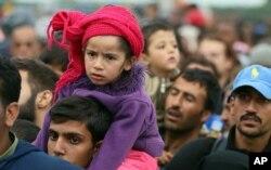 Para pengungsi menanti untuk naik bis setelah menyeberangi perbatasan Hungaria-Austria di Nickelsdorf, 70 kilometer sebelah tenggara Wina (11/9).(AP Photo/Ronald Zak)