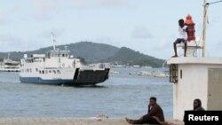 Un bateau arrive à Dzaoudzi sur l'île de Mayotte, le 31 mars 2012.
