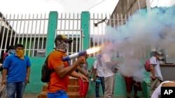 Seorang pengunjuk rasa dengan mengenakan masker menembakan mortir buatannya di kawasan Monimbo dalam bentrokan dengan polisi di Masaya, Nikaragua, 2 Juni 2018. Sedikitnya 152 orang tewas dalam bentrokan antara pasukan yang setia kepada Presiden Daniel Ortega dan kelompok oposisi.