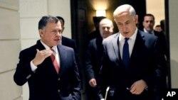 El rey Abdalá de Jordania conversa con el primer ministro israelí Benjamin Netanyahu en Ammán.