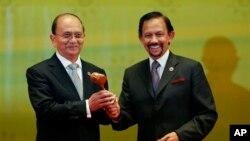 버마의 테인 세인 대통령(왼쪽)이 브루나이의 술탄 하사날 볼키아 대통령으로 부터 의장국 지위를 인계 받고있다.