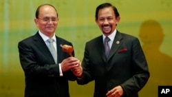 Quốc vương Brunei Hassanal Bolkiah trao chiếc búa gỗ cho Tổng thống Miến Điện Thein Sein, biểu trưng cho việc chuyển giao chức chủ tịch luân phiên cho Miến Điện, vào lúc bế mạc Hội nghị ASEAN, 10/10/13