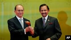 Tại một buổi lễ ở Brunei hôm 10/10, Tổng thống Thein Sein đã lãnh chiếc búa gỗ và trách nhiệm tổ chức hơn 1.100 cuộc họp trong vòng một năm sắp tới.