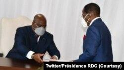 """Informateur"" Modeste Bahati Lukwebo (D) apesi président Félisekedi (C) mokanda ya bilembo ya mosala asili, na Kinshasa, RDC, 28 janvier 2021. (Twitter/Présidence RDC)"