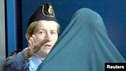 스웨덴 법원에서 열린 이민자 관련 재판에서 경찰관이 피고로 나온 이민자를 안내하고 있다. (자료사진)