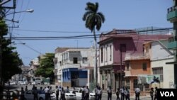 La policía mantiene acordonado el templo para impedir el tránsito de vehículos y peatones.