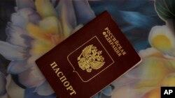 """Vladimir Putinin """"pasport hücumu"""" Ukraynada qəzəblə qarşılanır."""