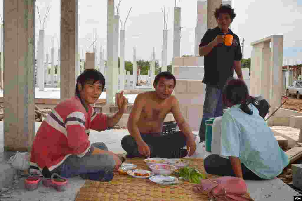 Migrant laborers take a lunch break at a construction site, Bangkok, July 10, 2014. (Rosyla Kalden/VOA)