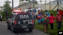 Keluarga dari para narapidana menunggu di luar kompleks penjara Anisio Jobim Penitentiary di Manaus, Brazil (2/1). (Edmar Barros/Futura Press via AP).