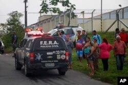 ຍາດຕິພີ່ນ້ອງ ຂອງພວກນັກໂທດ ຄອຍຖ້າ ຂໍ້ມູນຢູ່ດ້ານນອກ ຂອງສູນຄຸມຂັງ Anisio Jobim Penitentiary Complex ໃນເມືອງ Manaus ຂອງ Brazil, ວັນທີ 2 ມັງກອນ 2017.