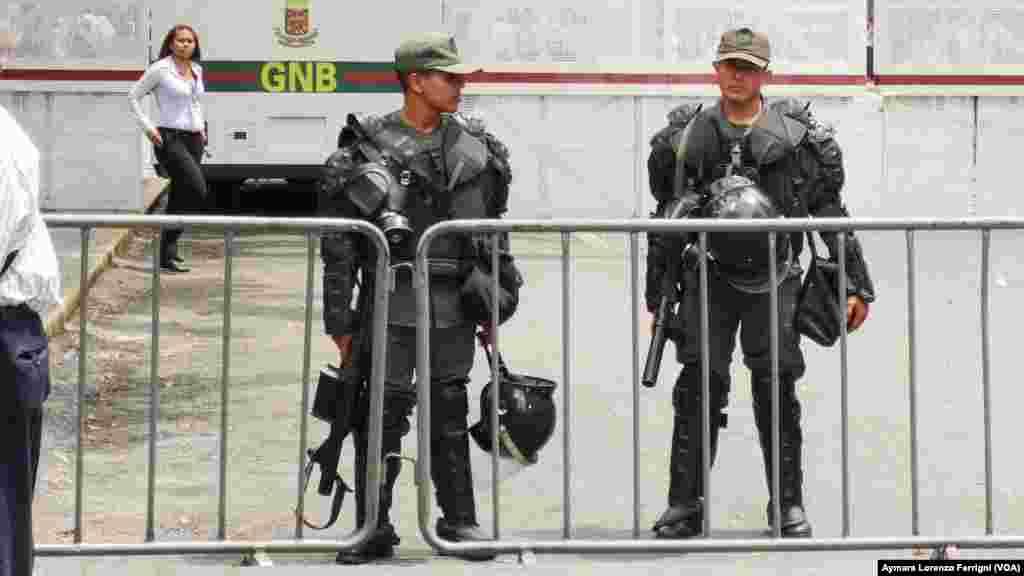 Durante todas las audiencias de juicio contra Leopoldo López el Palacio de Justicia es tomado por efectivos militares que cercan el perímetro para controlar todos los accesos al Palacio de Justicia.