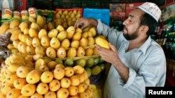 د هندوستان په رنگ پاکستان کې هم امونه د اوړي د موسم خونده وره میوه ده